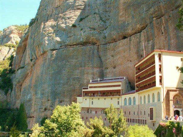 монастырь Мега Спилеон в Греции фото